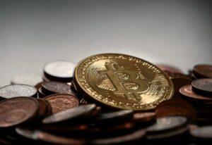 Bitcoin mønt oven på andre mønter