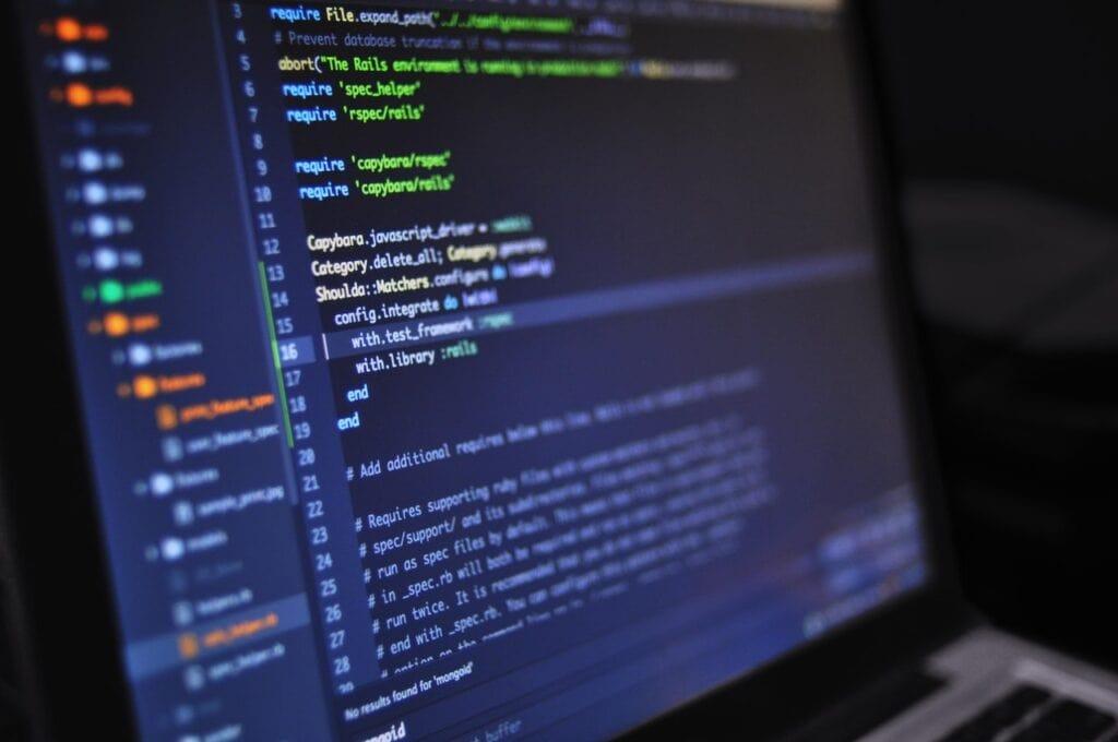 Computer med en masse kode på skærmen