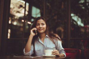 Kvinde får et opkald på telefonen