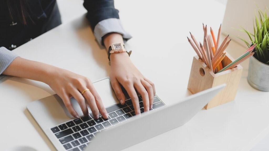 Person bruger computer til at skrive på