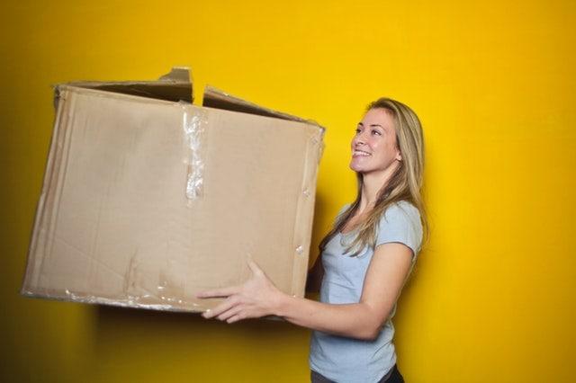 kvinde flytter